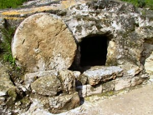 lM13-Editoriale_una pietra all'entrata del sepolcro